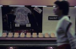 冲通过空位的妇女在地铁站乐团 免版税库存照片