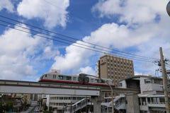 冲绳岛- 10月8日:单轨铁路车在冲绳岛, 2016年10月8日的日本 库存图片