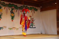 冲绳岛- 10月8日:在首里城堡的Ryukyu舞蹈在冲绳岛, 2016年10月8日的日本 库存照片