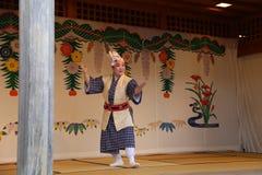 冲绳岛- 10月8日:在首里城堡的Ryukyu舞蹈在冲绳岛, 2016年10月8日的日本 免版税库存图片