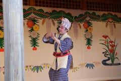 冲绳岛- 10月8日:在首里城堡的Ryukyu舞蹈在冲绳岛, 2016年10月8日的日本 免版税图库摄影