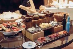 冲击开胃小菜快餐乳酪肉,橄榄色的沙拉 免版税库存照片