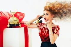 冲击由电话的新闻美丽的红头发人时尚妇女 库存图片
