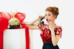 冲击由电话的新闻美丽的红头发人时尚妇女 库存照片