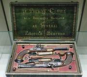 决斗的手枪设置与火石 当前拿破仑的一般停泊处 库存图片