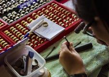 冶金匠用途锤子和钉子雕刻网眼图案 库存图片
