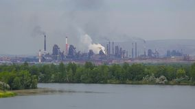 冶金和油料植物 在河之外的城市风景 股票视频