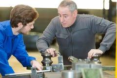 冶金学训练课的金属制品学徒 免版税库存照片
