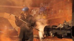冶金植物,高热金属铸件 机器塞孔猛撞 冶金设备 免版税图库摄影