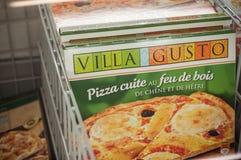 冷冻意大利薄饼-在诺马,法国坚硬折扣超级市场的别墅趣味 免版税库存图片