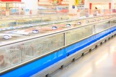 冷冻机看法在一个超级市场上在被弄脏的背景 免版税库存照片