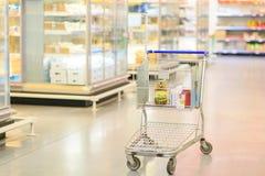 冷冻机看法在被弄脏的背景的一个超级市场 库存图片