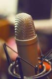 冷凝器Mic在立场的演播室 免版税库存照片
