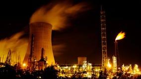 冷却塔和气体火光在晚上 免版税图库摄影