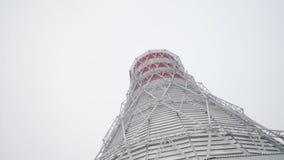 冷却塔和烟囱有蒸汽的反对天空 股票录像