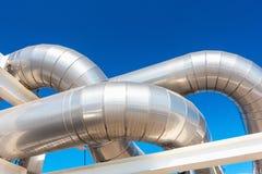冷却的致冷物或蒸汽制造业的管道和绝缘材料在工业的油和煤气,石油化学的分配管的在 免版税库存照片