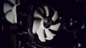 冷却黑暗的多灰尘的计算机的白色计算机爱好者 个人计算机致冷机中止 影视素材
