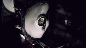 冷却黑暗的计算机的白色计算机爱好者 股票视频