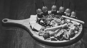 冷快餐 有快餐的委员会在木桌上 在圆的委员会服务的快餐开胃 餐馆盘概念 冷 免版税库存照片