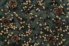 冷杉分支冬天背景  用中看不中用的物品和金黄锥体装饰 袋子看板卡圣诞节霜klaus ・圣诞老人天空 顶视图 Xmas祝贺 免版税库存图片