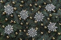 冷杉分支冬天背景  用金中看不中用的物品装饰 雪花银 袋子看板卡圣诞节霜klaus ・圣诞老人天空 顶视图 Xmas祝贺 免版税图库摄影