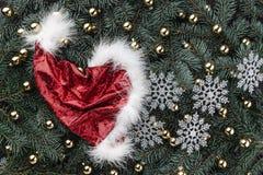 冷杉分支冬天背景  用金黄中看不中用的物品圣诞老人的盖帽装饰 袋子看板卡圣诞节霜klaus ・圣诞老人天空 顶视图 Xmas祝贺 免版税库存图片