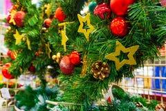 冷杉分支圣诞节,新年的花圈和莓果,新年的假日装饰 免版税库存图片