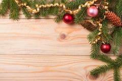 冷杉壁角框架分支与在轻的木背景的圣诞节装饰 免版税库存照片