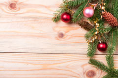 冷杉壁角框架分支与在轻的木背景的圣诞节装饰 库存图片