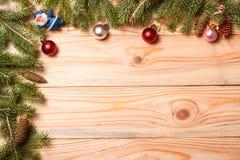 冷杉壁角框架分支与在轻的木背景的圣诞节装饰 免版税图库摄影