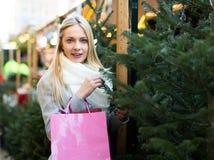 冷杉市场的美丽的金发碧眼的女人 免版税库存图片