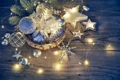 冷杉木玻璃球诗歌选的圣诞节装饰 免版税库存图片