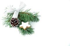 冷杉的枝杈与圣诞节装饰和桂香星曲奇饼的 免版税库存照片