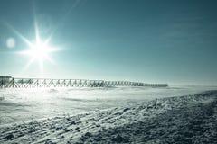 冷横向冬天 保护路的篱芭免受雪 免版税库存照片