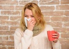 冷流感解决 流鼻水和寒冷的其他症状 补救应该帮助打冷的快速的技巧如何得到赶走 免版税库存照片
