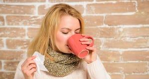 冷流感解决 补救应该帮助打冷的快速的妇女感觉非常不适打喷嚏 围巾举行组织的女孩或 库存图片