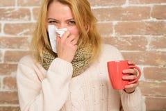 冷流感解决 补救应该帮助打冷的快速的技巧如何摆脱寒冷 妇女感觉非常不适打喷嚏 库存照片