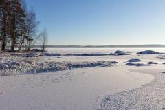 冷淡和多雪的湖Pyhäjärvi在坦佩雷,芬兰在冬天 免版税库存照片