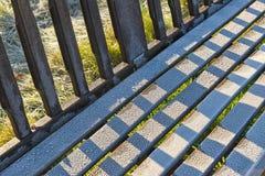 冷淡的庭院长凳细节在秋天公园风景的 免版税图库摄影