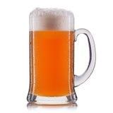 冷淡的杯在白色背景的未过滤的啤酒 免版税库存照片