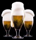 冷淡的杯在黑背景的低度黄啤酒 库存照片
