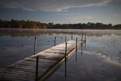 冷淡的秋天早晨码头 库存照片