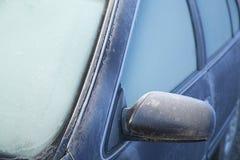 冷淡的结冰的冬天早晨不透明的汽车挡风玻璃 图库摄影