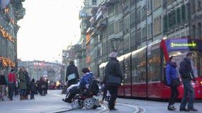 冷漠人民走由残疾人的,没人帮助轮椅的妇女 股票录像