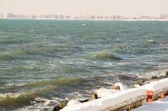 冷烫在波摩莱多雪的堤防黑海镇在冬天保加利亚 库存图片