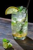 冷玻璃杯冰柠檬饮料特写镜头  图库摄影