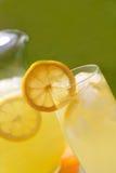 冷玻璃杯冰柠檬水 库存图片