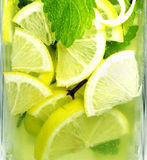 冷玻璃杯柠檬水 免版税库存图片