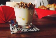 冷甜点酸奶格兰诺拉麦片早餐 库存图片