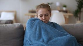 冷病态的生气妇女的感觉没有集中供暖在家 股票视频